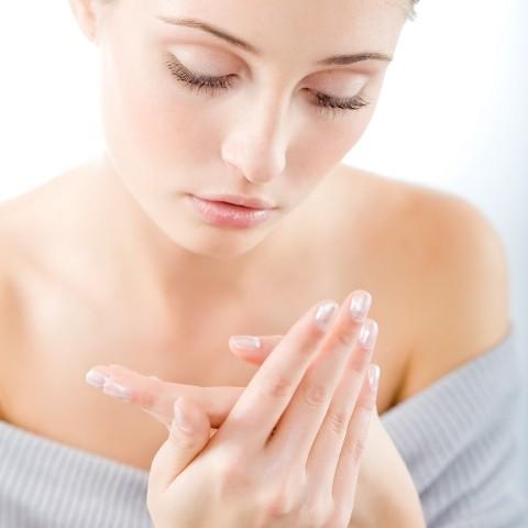Objaw Reynauda objawia się najczęściej jako zblednięcie palców dłoni pod wpływem zimna, któremu towarzyszy uczucie mrowienia i ból.