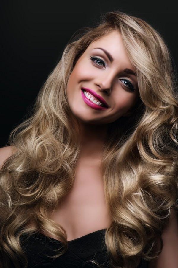 loki, włosy, kobieta, uśmiech, uroda, skóra, cera.jpg